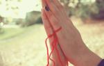 На какой руке носят красную нить
